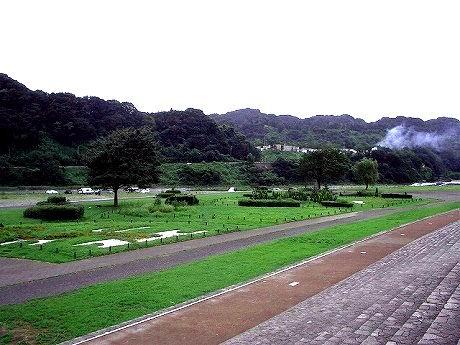 花と芝生の広場